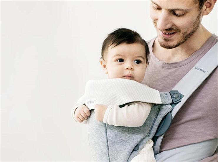 BabyBjörn Bib for Baby Carrier Mini White podbradník ku klokanke - Brendon - 141180